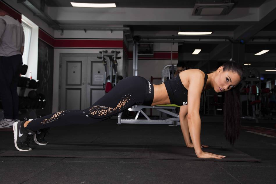 Hanging knee raise – Push off from the ground!